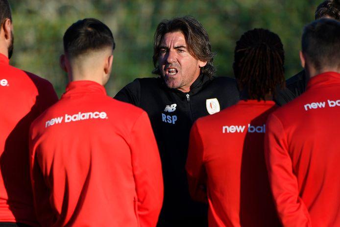 Coach Ricardo Sá Pinto spreekt de troepen toe op de eerste stagedag van de Rouches.