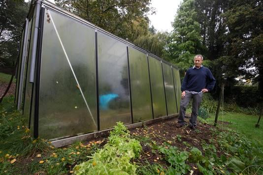 Hans Kamperman bij de kas in zijn tuin waar hij medicinale wiet kweekte.