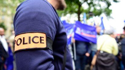 Twee geradicaliseerde Franse agenten moeten wapen inleveren