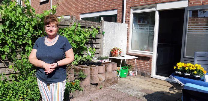 Elena Safronova, bewoonster van de Kruizemuntstraat in Apeldoorn. Ze zegt - net als vele andere buren - ontzettend veel overlast te ondervinden van de arbeidsmigranten die naast haar wonen.