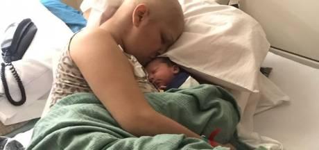 Moeder bevalt van gezonde zoon nadat ze samen chemotherapie ondergingen