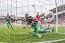 Tonny Vilhena werkt in Alkmaar de 0-1 achter de lijn, Rens van Eijden is te laat.