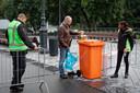 Blikjes mogen niet mee het park in. Daarom giet een bezoeker zijn biertje over in een plastic beker.
