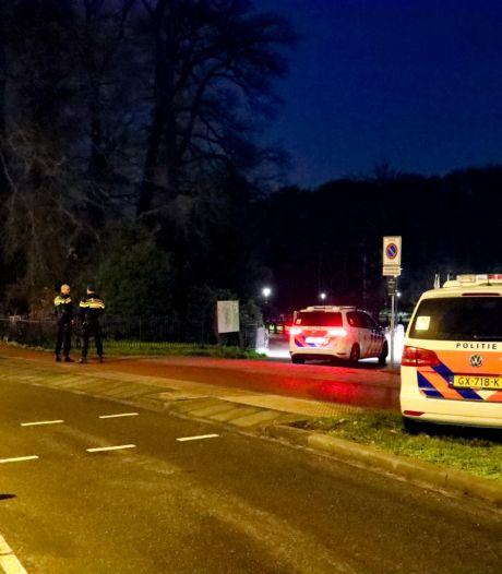 Agenten zoeken met honden naar slachtoffer van een beroving in Sonsbeekpark Arnhem