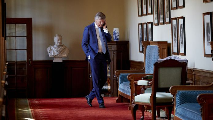 In afwachting van de uitslag van de Statenverkiezingen loopt VVD fractievoorzitter Loek Hermans door de wandelgang van de Eerste Kamer