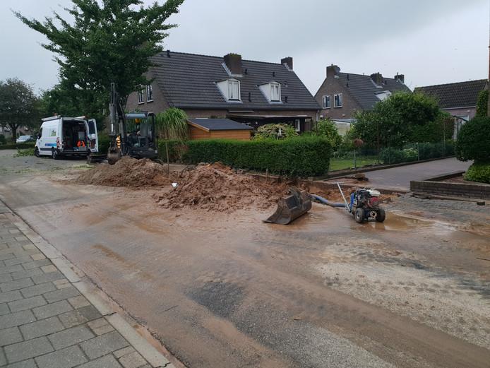 De straat stond blank, daarbij is veel zand op de straat blijven liggen.