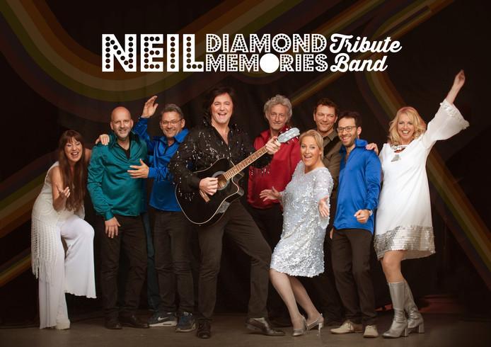 De Neil Diamond Memories Band. Zanger Marcel Mulders (in het midden met gitaar) en helemaal rechts zangeres Angelique Gulicxk.