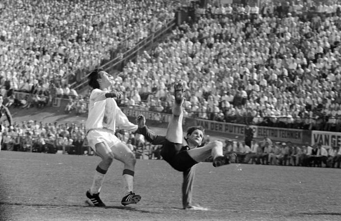 Cees Kornelis (rechts) is Johan Cruijff te snel af in de wedstrijd NEC - Ajax die op 21 april 1968 werd gespeeld.