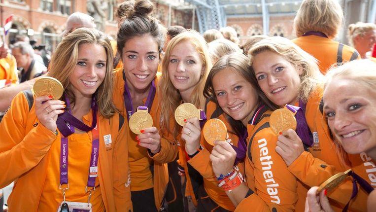 De Nederlandse hockeysters tonen hun gouden medaille. Beeld anp