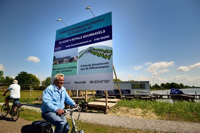 Aan de Burgemeester Lucasselaan kondigt een bord de bouw aan van een horecavestiging en maakt voorbijgangers attent op de mogelijkheid om een van de 'acht royale bouwkavels' (minstens 1 miljoen euro) te kopen.