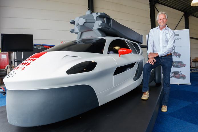 De PAL-V moet de grensverleggende vliegende auto worden. Een mock-up ervan staat dit weekend klaar om bekeken te worden op Breda Airshow. George Tielen is directeur FlyDrive Academy. Foto: Marcel Otterspeer / Pix4Profs