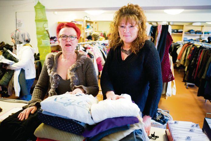 """Bijschrift: Karin Molenaar (links) en Saskia Eijgelsheim (rechts) zijn de drijvende kracht achter de Delftse kledingbank """"De Buurvrouw""""."""