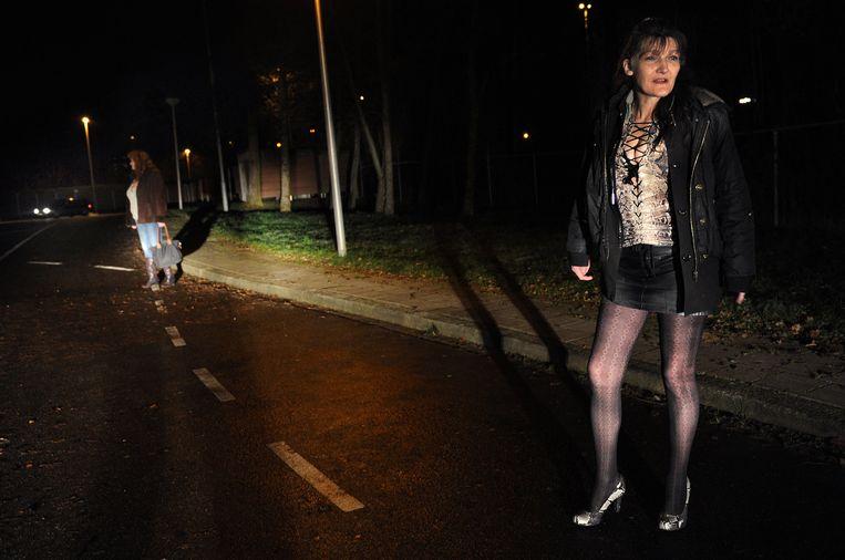 Een drugsverslaafde prostituee aan het werk op de tippelzone in Heerlen, december 2012. Beeld Marcel van den Bergh