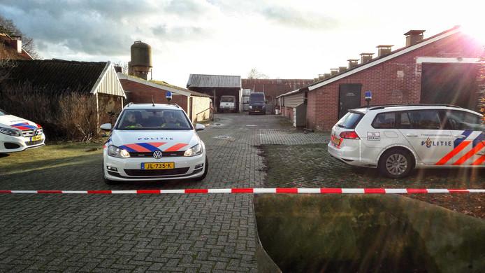 Politiewagens op het boerenerf aan de Oude Winterswijkseweg in Vragender, waar een cocainewasserij werd aangetroffen.