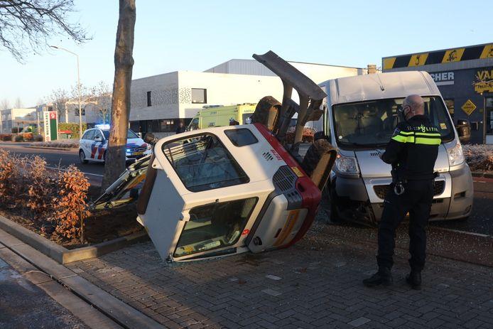 Graafmachine omvergereden door bestelbus op de Industrieweg in Boxtel.
