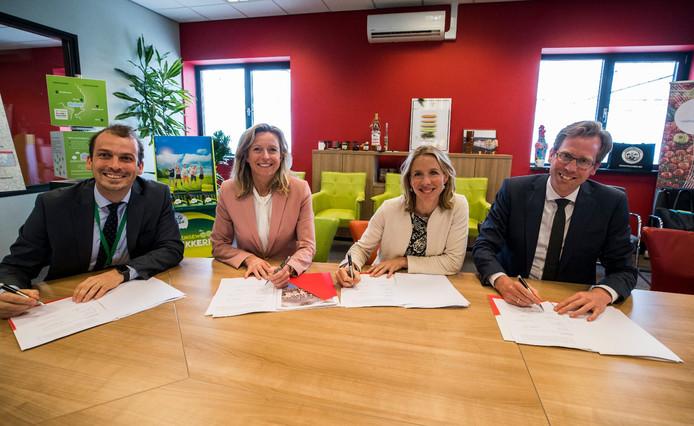 Gemeentebestuur, provincie en Rijk zetten hun handtekening onder de samenwerkingsovereenkomst.