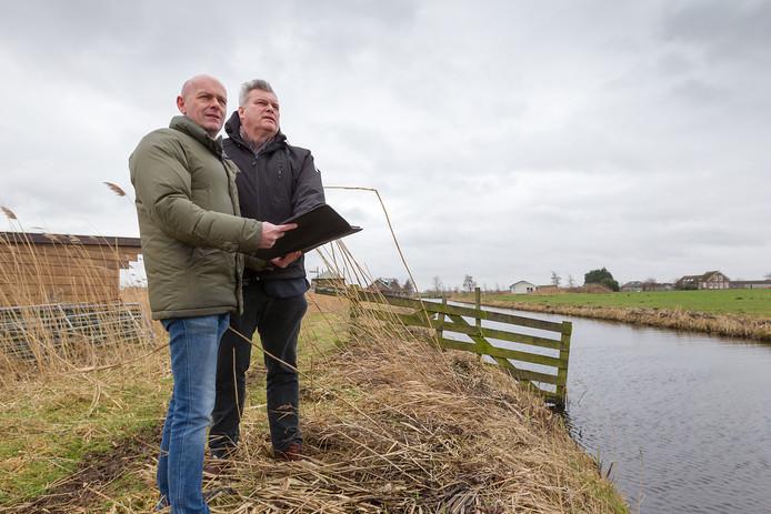 John de Hoon van Avifauna (l) en Sjaak van der Vlies van het landschapsfonds bij de start van het natuurproject IJsvogel in 2017.