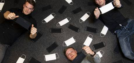 Drie jongeren uit Beckum gooien zich op de mondkapjes: 'Het moet, maar wel modieus'