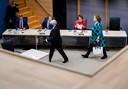 Loes Mulder, secretaris-generaal bij het ministerie van Sociale Zaken en Werkgelegenheid, wordt door de bode naar het getuigenbankje begeleid.