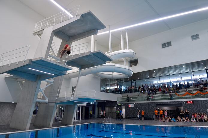 Zwem- en sportcomplex Amerena werd op op 20 april feestelijk geopend – dik vier maanden na de geplande oplevering, die voor rond de jaarwisseling in de agenda stond. Leveranciers die hun afspraken niet nakwamen en een tekort aan bekwaam personeel, was volgens aannemer Olco Sportsphere de oorzaak van alle vertraging.