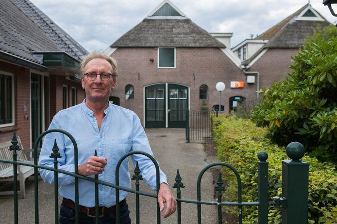 Als het aan René van der Linde ligt gaat dit hek van vakantieoord Imminkhoeve in Lemele binnen afzienbare tijd open voor de nieuwe Dorpswinkel.