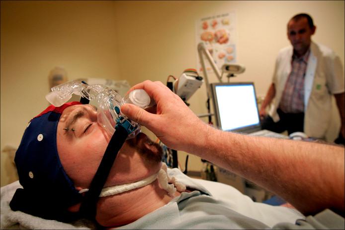 Een patiënt met slaapstoornissen ondergaat een onderzoek.