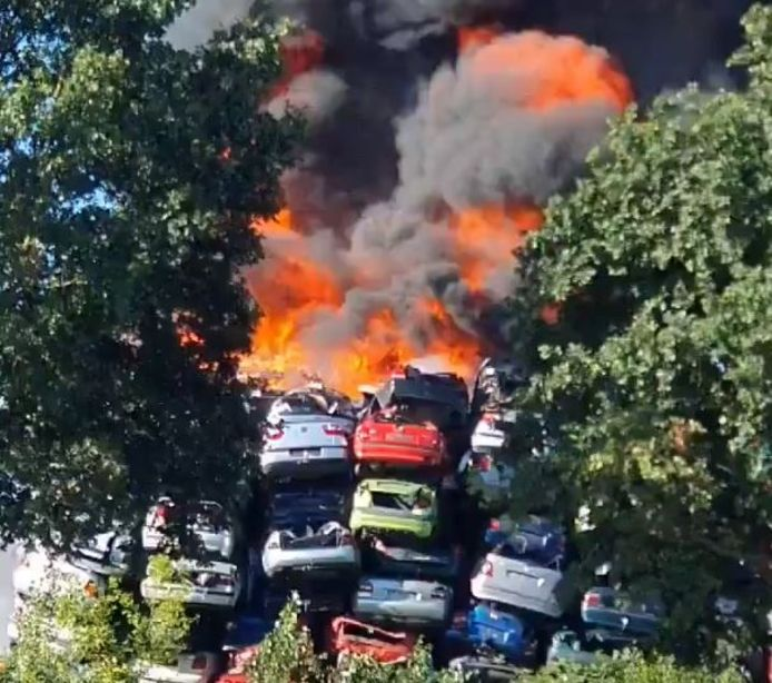 Beelden van de brand in Duiven van @ChanienwithCh op Twitter.