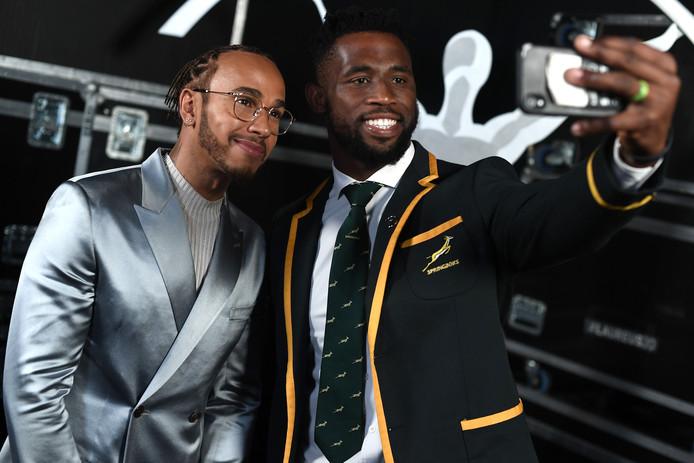 Lewis Hamilton (l) ging in Berlijn wel op de foto met Siya Kolisi, aanvoerder van het Zuid-Afrikaanse rugbyteam.