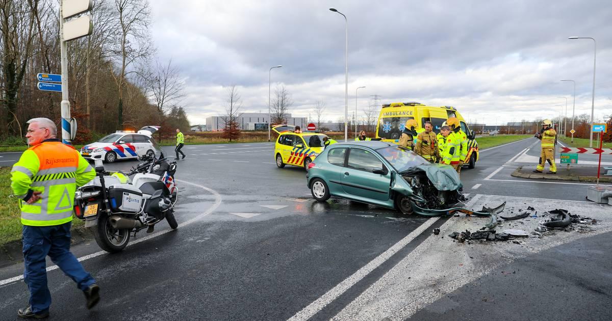 Gewonde bij ongeval tussen vrachtwagen en personenauto op Zutphensestraat in Apeldoorn, weg afgesloten.