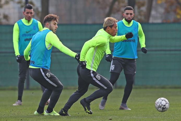 Özgür Aktas (links) op de training van Vitesse, duellerend met Keisuke Honda. Aktas ging maandagmiddag met Jong Vitesse hard onderuit tegen Jong De Graafschap.