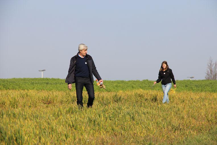 In de velden van de boeren liggen elke dag blikjes en ander zwerfvuil.
