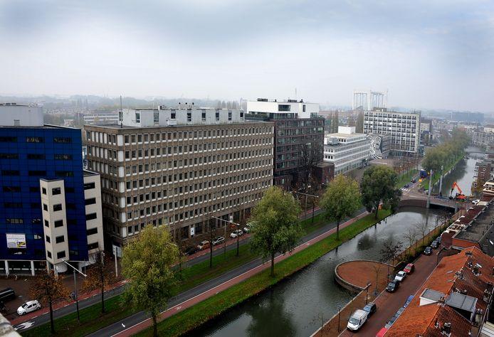 Het Huis van Stad en Regio moet op de plek van het oude belastingkantoor en het kantoor aan de linkerzijde komen.