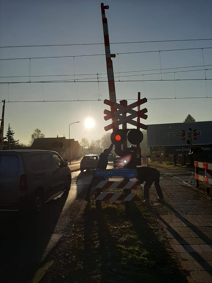 De spoorbomen in de Jachtlaan zijn dicht door een aanrijding met een trein en een persoon. De politie geeft toestemming de bomen handmatig open te houden.