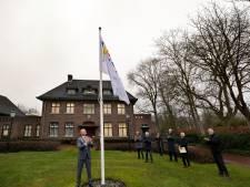 Burgemeester Houben hijst eerste vlag voor 200-jarig bestaan gemeente Nuenen, Gerwen en Nederwetten