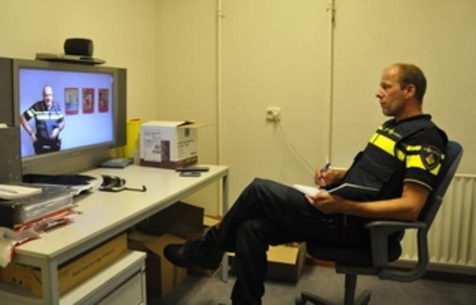 Officier van Dienst Jeroen Trapman overlegt via een videoverbinding vanuit Vlissingen met een collega in Renesse.