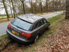 Dronken Audi-bestuurder rijdt in greppel in Sterksel, mist rij bomen maar nét