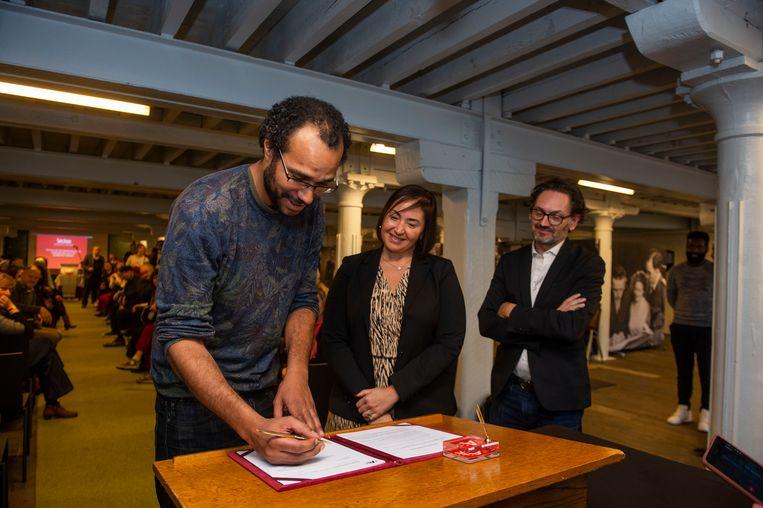 Slam poet Seckou Ouologuem is de nieuwe stadsdichter van Antwerpen. Hier samen met schepen voor Cultuur Nabilla Ait Daoud.