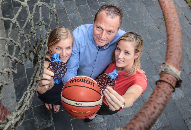 Hanne, Philip en Kim Mestdagh bij de letterlijk tot op de draad versleten basketbalring waar de dames zo vaak gebruik van maakten. En het heeft geloond, zoals u aan deze twee bronzen medailles kan zien.