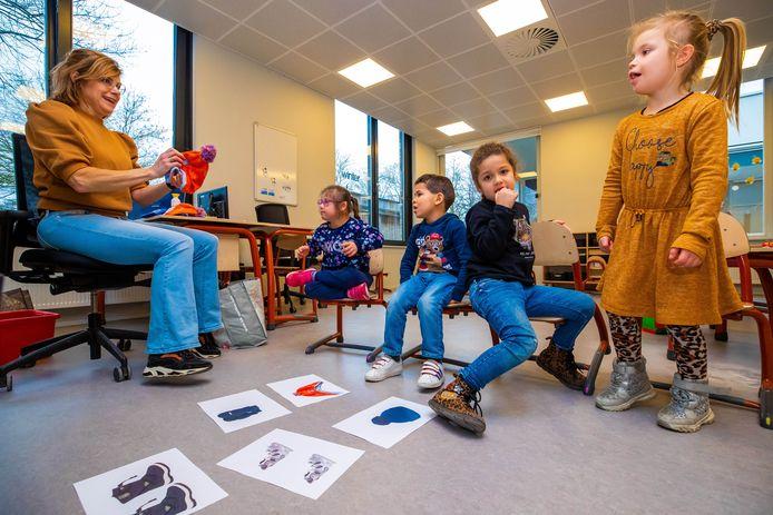Zavin Hussein, Youssef Mokaddem, Lina Chabbon en Ina Rys (vlnr) spelen het winterspel.