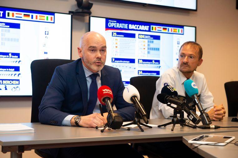 Het nieuws over het oprollen van de Albanese bende werd bekendgemaakt op een persconferentie. Links: Quentin Faure van Europol, rechts: Serge Muyters, korpschef van de Antwerpse lokale politie