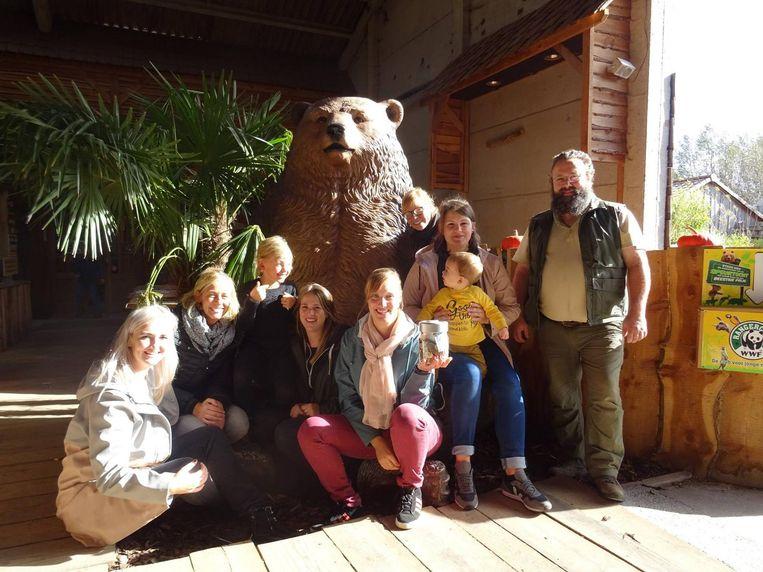 Juffen van de Kinkelrups uit Zwijndrecht kwamen naar dierenopvangcentrum De Zonnegloed met een bokaal met ingezameld geld.