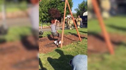 VIDEO. Brandweer moet vrouw (20) bevrijden uit... kinderschommel