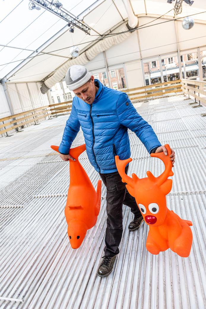 De ijstent in aanbouw van Ice World op het Rijnplein. Medewerker Olaf loopt over de buizenvloer die straks ervoor zorgt dat het water gaat vriezen.