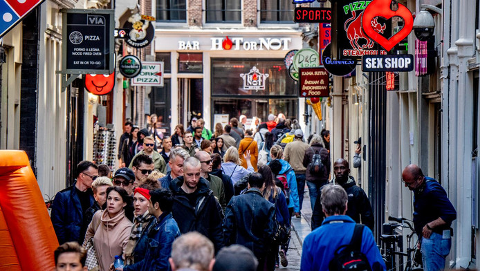 Drukte op de Wallen in Amsterdam