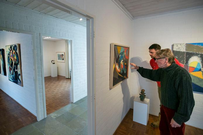 Jan Biessen (r) met bezoeker Paul van Nieuwenhuizen