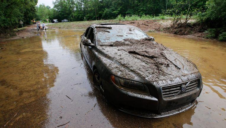Een overstroomde weg in de buurt van Nassogne, in de Belgische Ardennen. Beeld epa