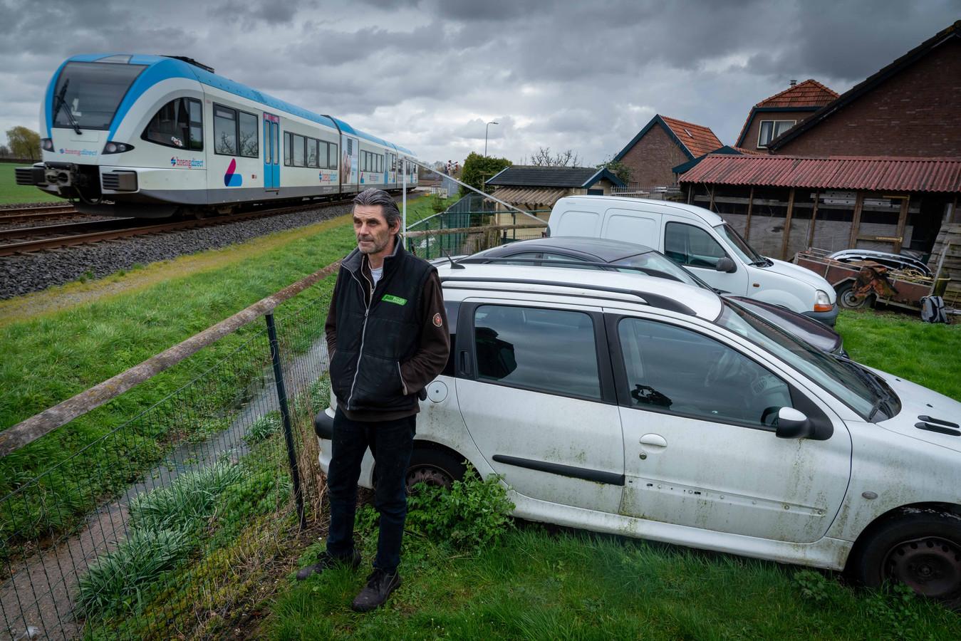 Bert Weinholds woont aan het spoor aan de Tielsestraat in Valburg.