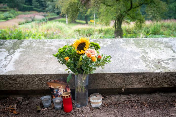 Het bermmonumentje bij de Steile Tuin in Park Sonsbeek. Op de foto Gerda te midden van haar vriendinnen Pam en Josephine.