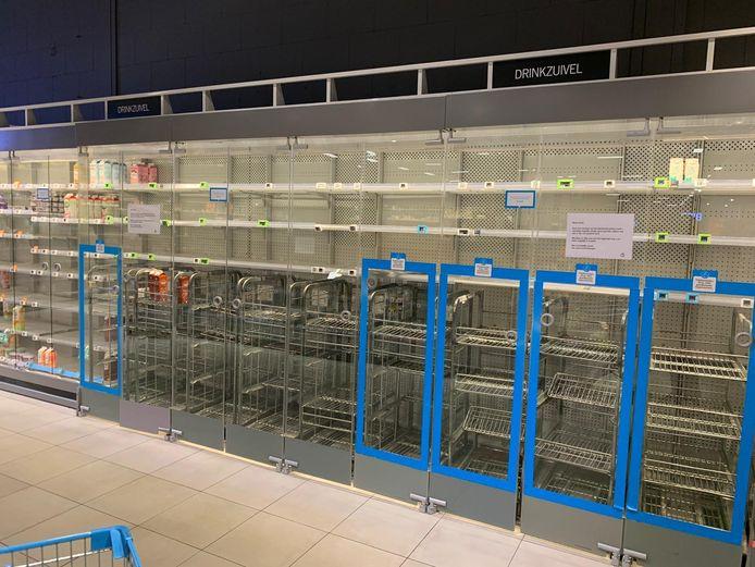 Er is geen melk meer bij de Albert Heijn in Eindhoven.