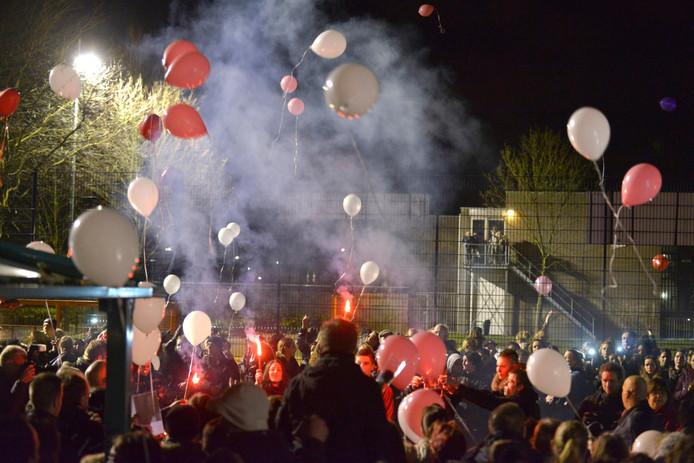 Fakkels en ballonnen aan het einde van de stille tocht.
